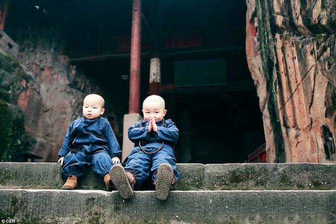 Двое очаровательных «малышей-монахов» стали интернет-сенсацией после посещения китайского храма