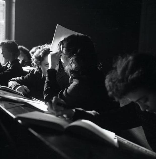 Студенты ленинградского института киноинженеровна занятиях. Конец 1950-х