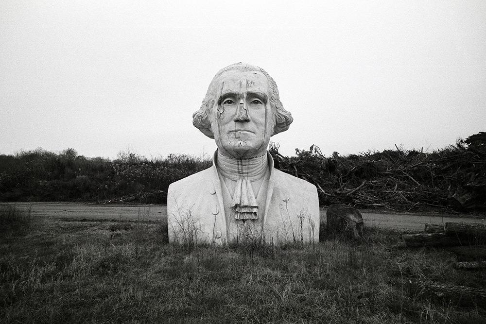 Скульптуры президентов США в сельской местности