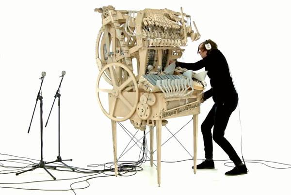 Удивительный музыкальный инструмент играет с помощью 2000 шариков