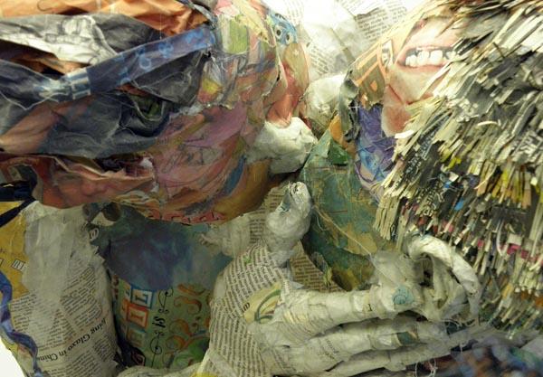 Необыкновенные скульптуры из газет как символ скоротечной жизни