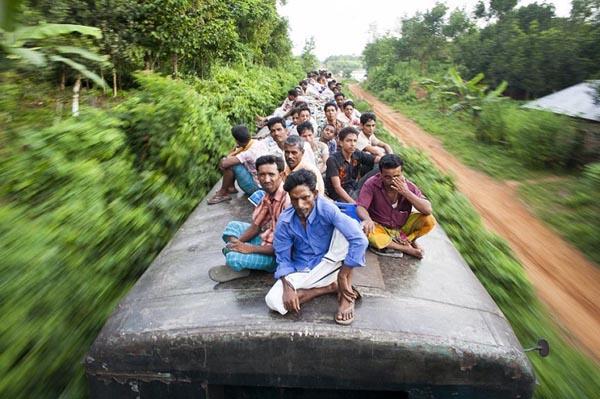 «Не за что держаться»: как жители Бангладеша добираются до работы