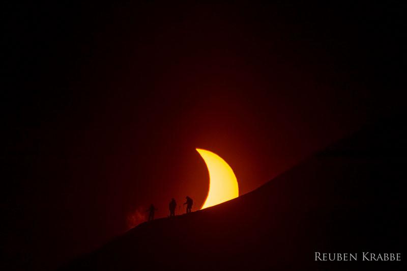 Снимки лыжников на фоне солнечного затмения