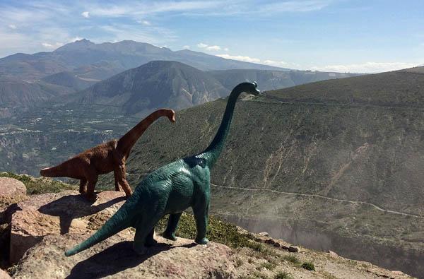 Игрушечные динозавры добавляют доисторичности к фотографиям из путешествий