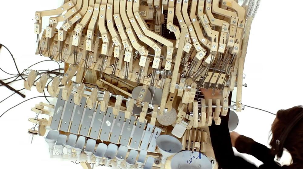 музыкальный инструмент играет с помощью шариков
