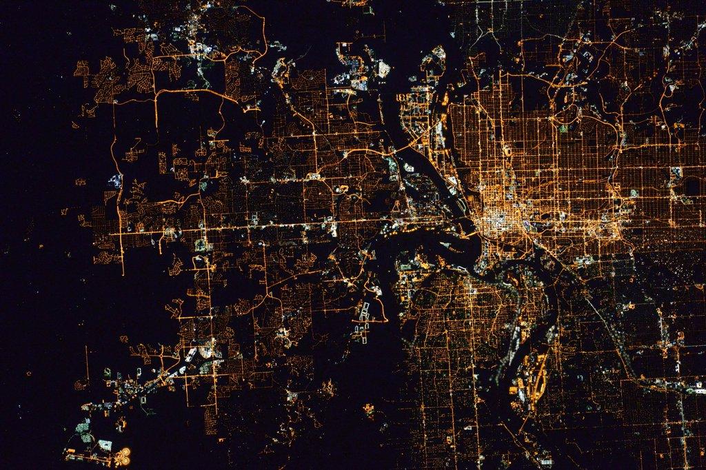 Вид ночных городов с МКС