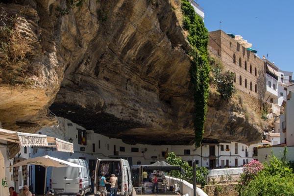 Великолепный испанский город, построенный под скалой