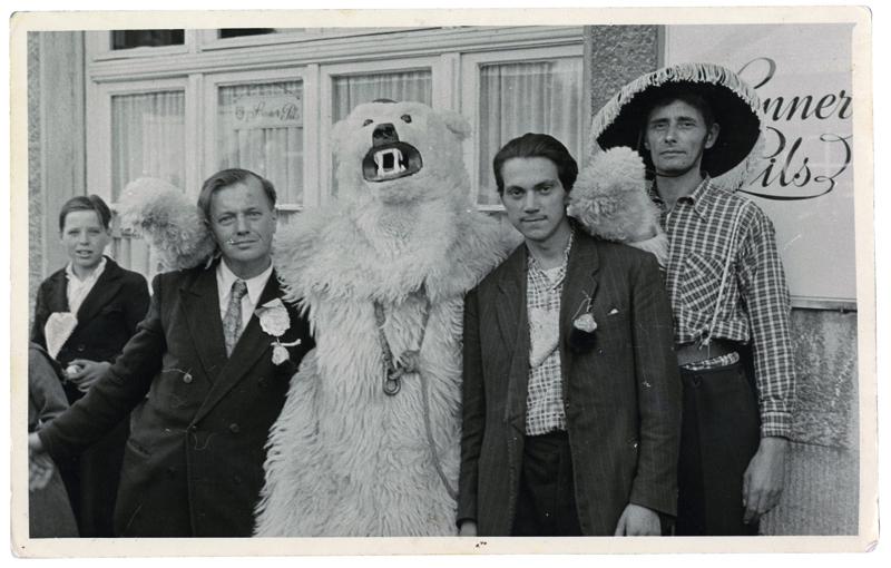 Немцы позируют с белым медведем