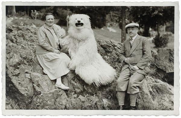 Немецкая традиция позировать с человеком в костюме белого медведя