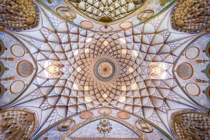 Потолки изысканной иранской архитектуры.