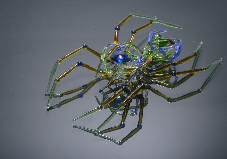 Произведения из стеклянных отходов.