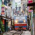 Железная дорога в Ханое, проходящая между домами