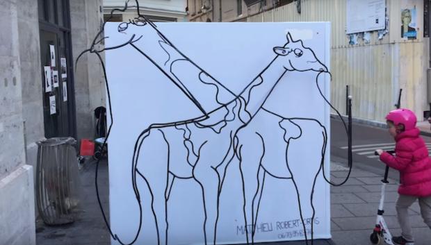 Скульптура меняет свои очертания в зависимости от угла зрения