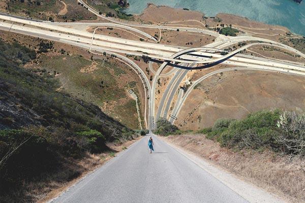Сюрреалистические фотоманипуляции этого художника превращают пейзажи в гигантские волны