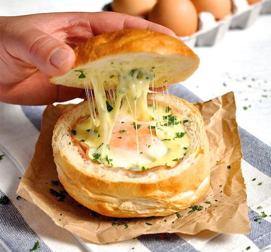 Рецепт яичницы в булочке