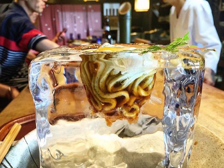 Лапша в элегантном кубе льда в Японии