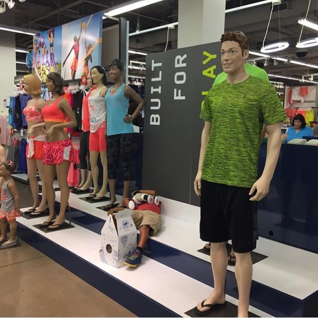 Эти парни вам покажут, как правильно ходить по магазинам