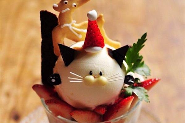 Очаровательные холодные десерты парфе в японском кафе