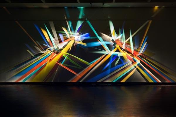 Радужные картины, созданные с помощью стекла и света