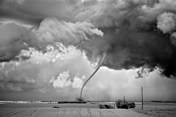 Зловещие ураганы в чёрно-белых снимках Митча Добраунера