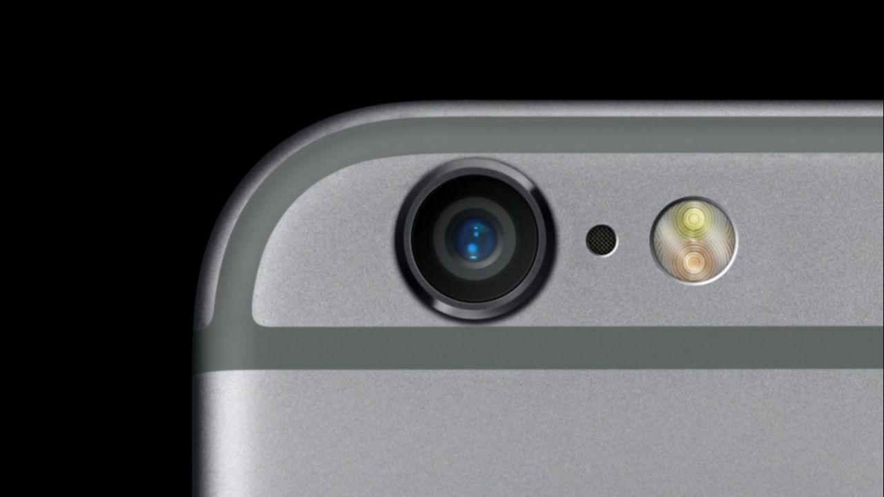 Что это за углубление между камерой и вспышкой на iPhone?