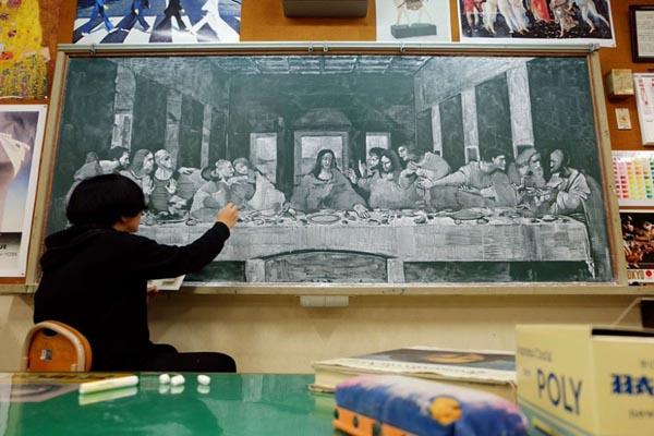 Учитель рисования создаёт шедевры прямо на школьной доске