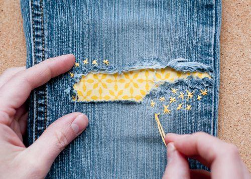 Что делать с дыркой на джинсах