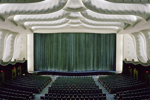 Исчезающие кинотеатры мира в фото-проекте Стефана Заубитцера