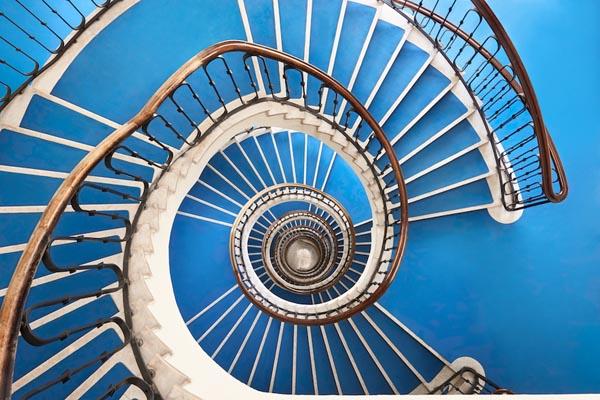 Сдержанная красота винтовых лестниц в проекте Балинта Аловица