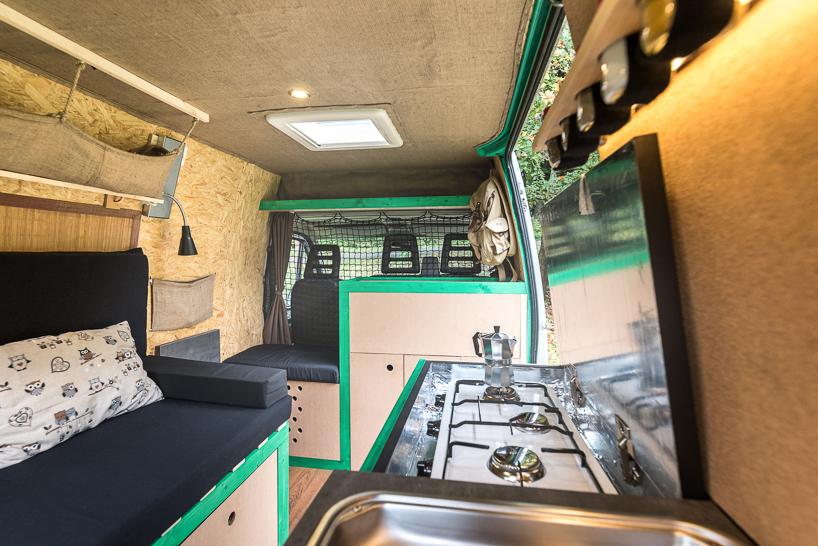 фургон, превращённый в очаровательный мобильный дом
