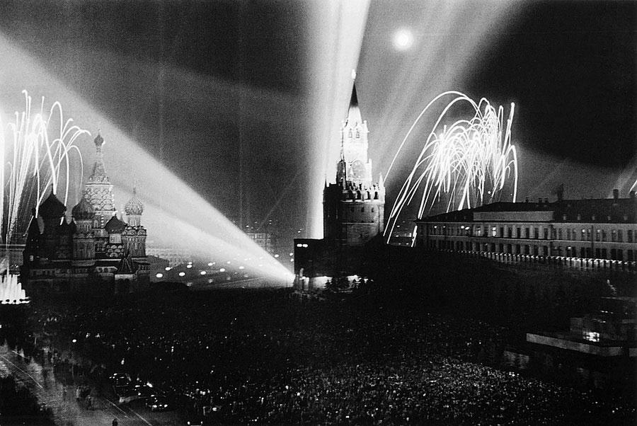 Праздничный салют на Красной площади, Москва. 9 мая, 1945 год