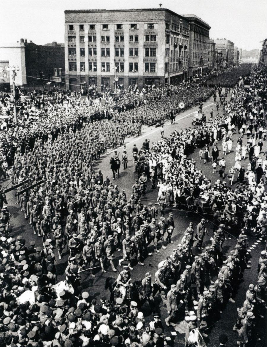 Колонна немецких военнопленных проходит по Москве. 17 июля, 1944 год