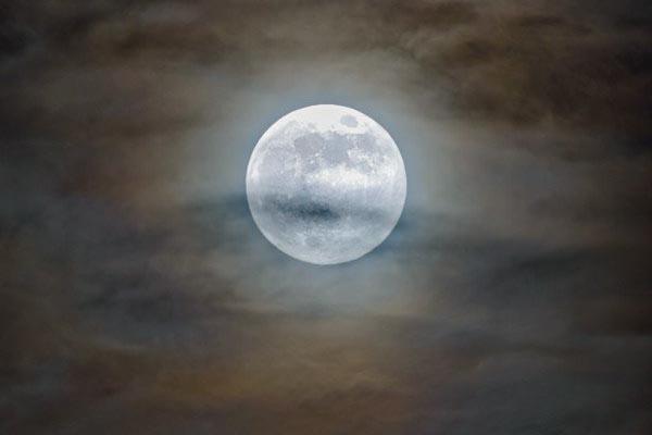 Луна, Юпитер и его крупнейшие спутники в одном кадре