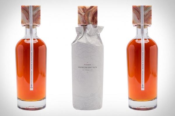 Уникальный дизайн бутылки из переработанного стекла и обёрток от Coca-Cola