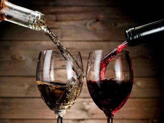 Вино разливается в бокалы