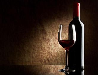 Бутылка вина с бокалом
