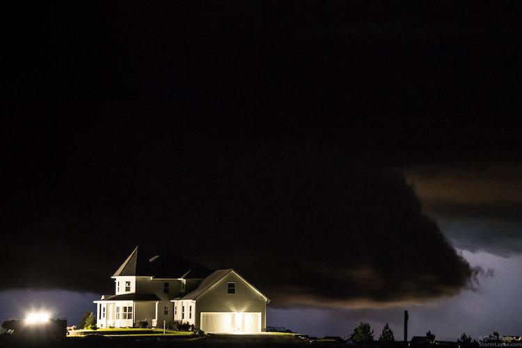 Одинокий дом на фоне бури