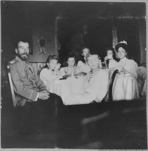 Николай II, его жена Александра Фёдоровна и их пятеро детей (Ольга, Татьяна, Мария, Анастасия, Алексей)