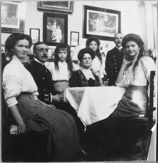 Дочери с императрицейАлександрой Фёдоровной и двумя офицерами