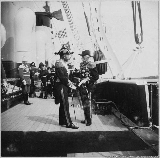 Николай II (слева) приветствует неизвестного на борту корабля
