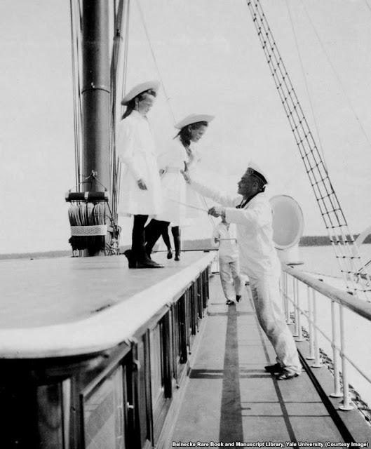 Две великих княжны на борту корабля.Когда дети были маленькими, каждому из них назначали моряка, чтобы они не упали за борт