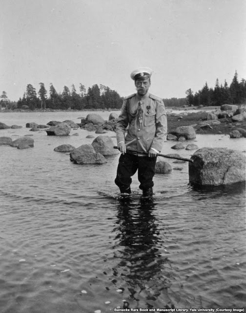 Николай II на скалистом берегу Финляндии