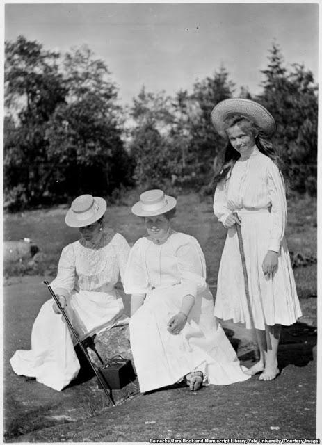 Императрица Александра с преданной подругой Анной Вырубовой и дочерьюОльгой