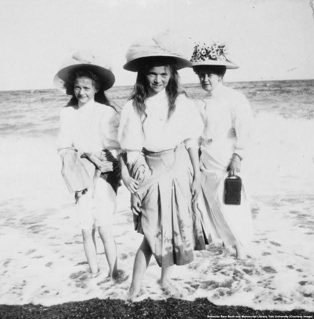 Анна Вырубова (справа) прогуливается на пляже с великими княжнами Татьяной и Ольгой