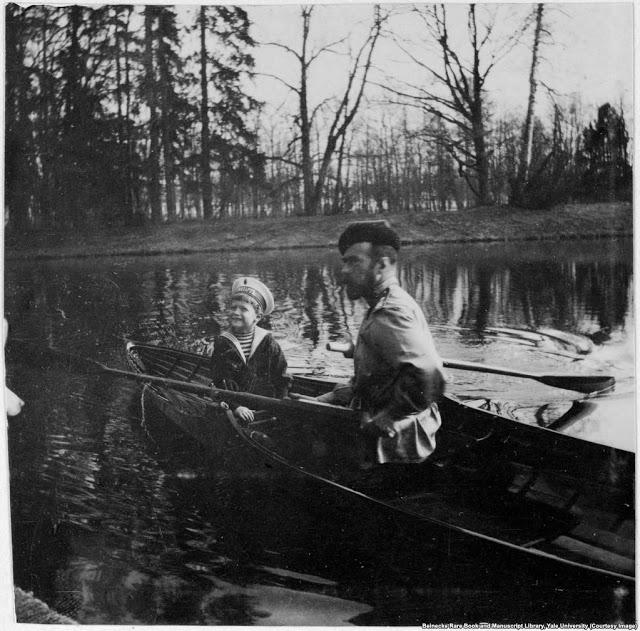 Николай II и его сын Алексей недалеко от Санкт-Петербурга