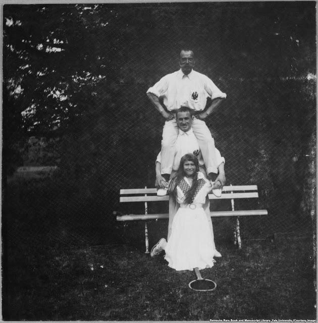 Четвёртая дочь Николая II с офицером и отцом после раунда тенниса