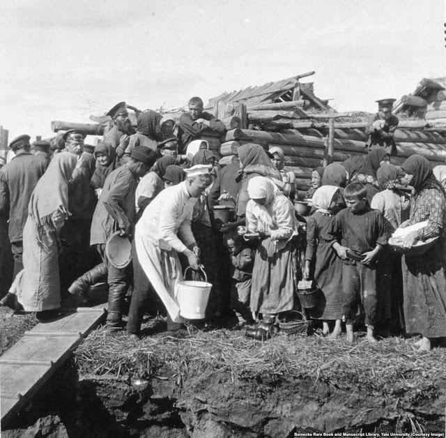 Фотография - одна из немногих в альбомах Романовых, которые сосредоточены на простых людях России