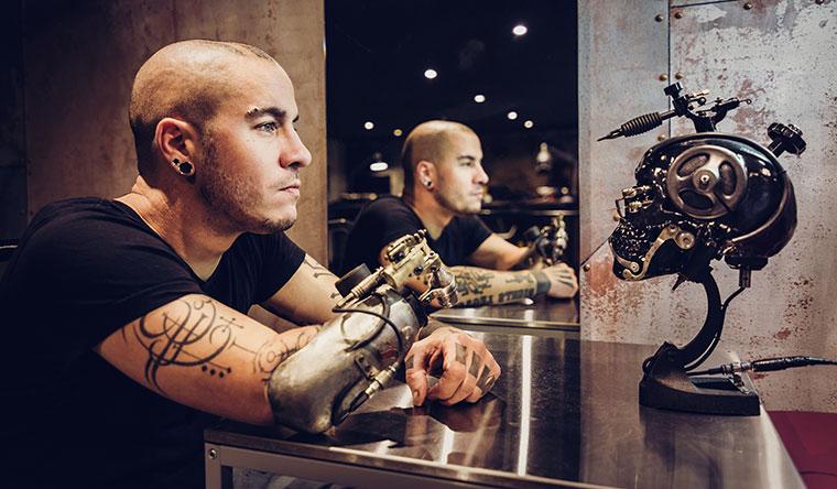 Первый протез руки, выполненный в виде тату-машинки