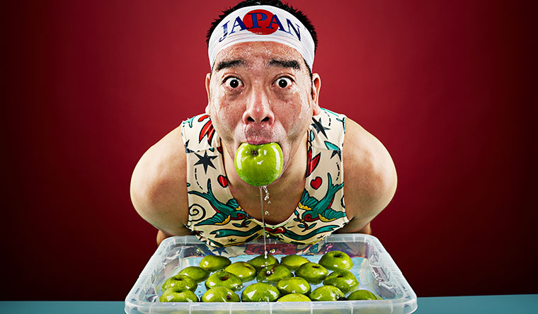 Самое большое количество яблок, вытащенных ртом из воды за одну минуту