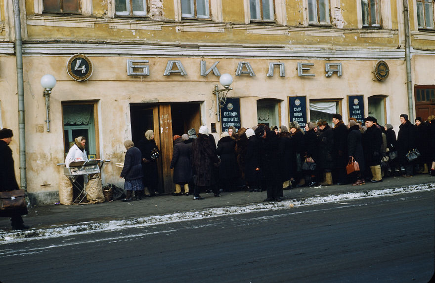 Очередь в продуктовый магазин, Москва